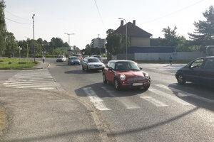 Doprava na križovatke pred mostom je kritická ráno a popoludní.