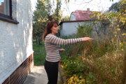 Lenka Bencová ukazuje, kde by mal stáť nový bytový dom.