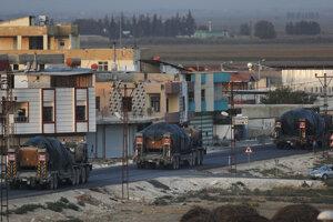 Turecké vojenské vozidlá smerujú k sýrskej hranici.