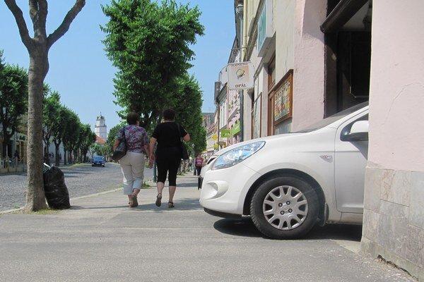Autá vychádzajú zdvorov na námestie priamo cez chodník.