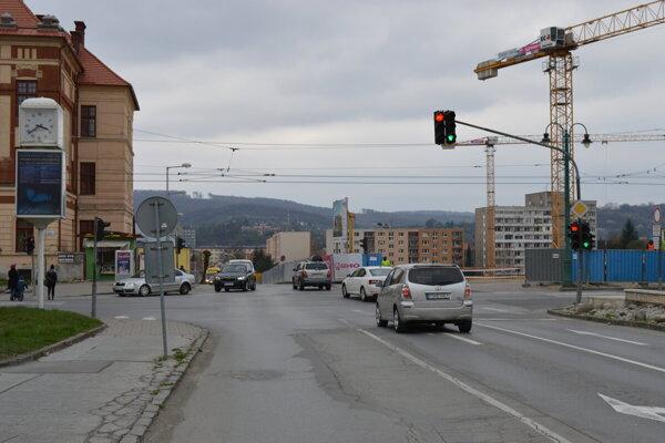 Svetelná križovatka Grešova - Štefánikova.