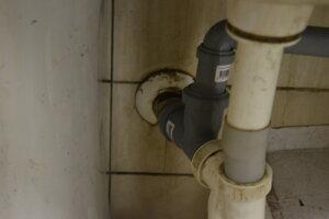 Vývod potrubia s vodou zo stavby.