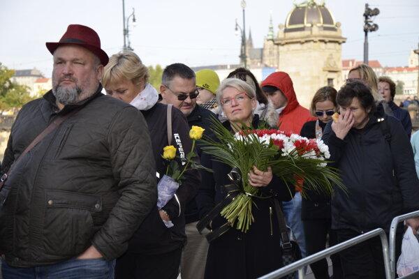 Ľudia čakajú v dlhom rade počas verejnej rozlúčky so zosnulým českým a československým spevákom Karlom Gottom pred  Palácom Žofín na Slovanskom ostrove v Prahe.
