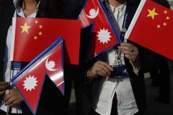 Vlajky Nepálu a Číny.