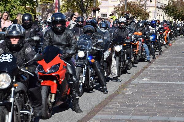 S motorkárskou sezónou sa prišlo na Liptov rozlúčiť približne 300 motorkárov.