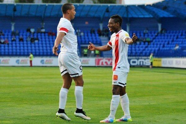 Gino Van Kessel (vľavo) sa raduje s Maduom z druhého gólu Trenčína.