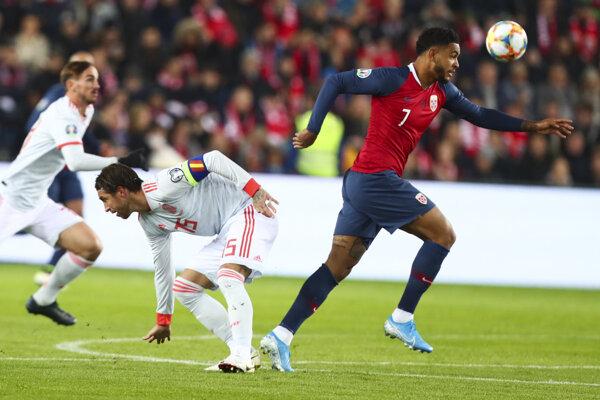 Sergio Ramos (vľavo) a Joshua King v kvalifikačnom zápase na EURO 2020 Nórsko - Španielsko.