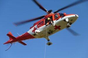 Ženu previezol do nemocnice záchranársky vrtuľník.