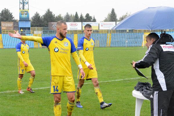 Cenné tri body v Dubnici zabezpečil Košičanom svojim gólom František Pavúk (č. 14).