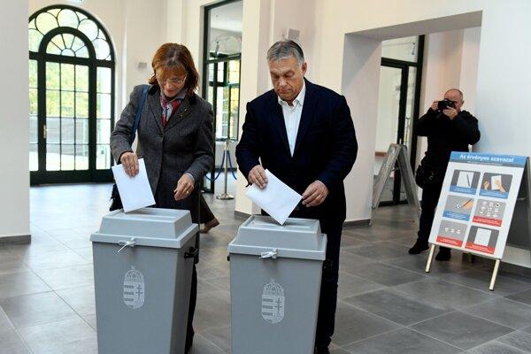 Premiér Viktor Orbán s manželkou odovzdávajú hlas v komunálnych voľbách.