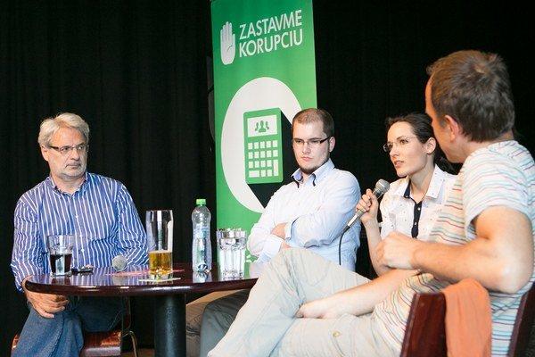 V Klube Lúč diskutovali zľava Marián Leško z Nadácie Zastavme koruprciu, novinár Adam Valček televízna reportérka Barbora Demešová a Norbert Brázda z Trenčianskej nadácie.