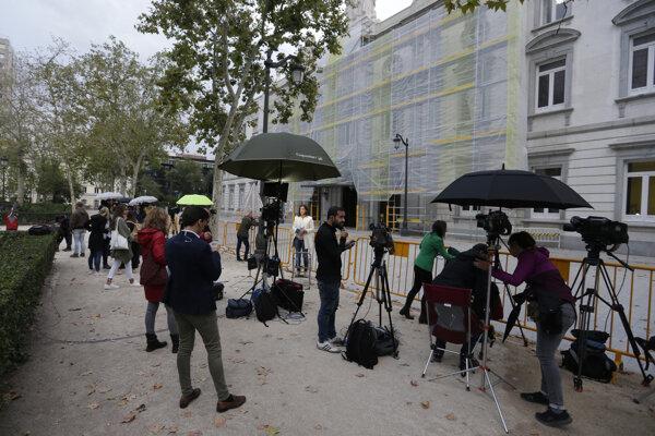 Novinári čakajú pred Najvyšším súdom v Madride.