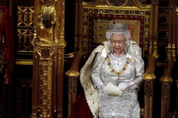 Kráľovná Alžbeta II. v parlamente.