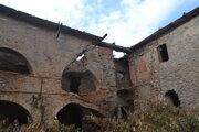 Strecha zhorela, múry sú popraskané.