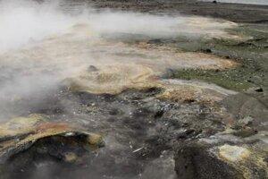 Povrch ostrova Bogoslof. Na zábere je oblasť s prieduchmi v zemskom povrchu, cez ktoré unikajú do okolia horúce plyny.