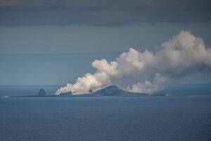 Sopka Bogoslof, z ktorej uniká veľký oblak pary. Vznikol zrejme pri kontakte horúcej lávy z morskou vodou.