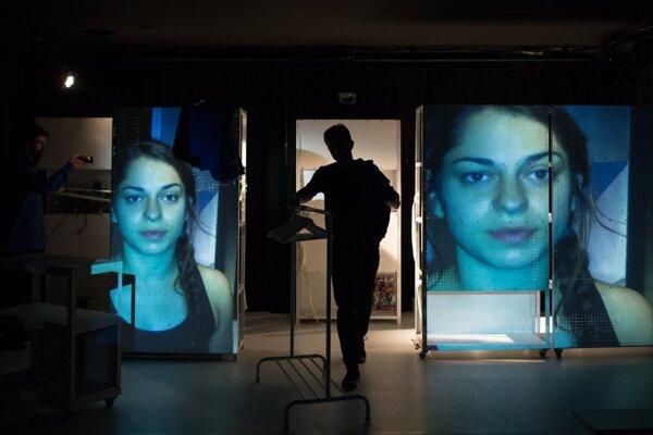 Fotografia z incenácie Cudzô pre mladých divákov v SND