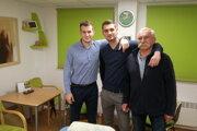 Nový fyzioterapeut Košice Crows Lukáš Frolo (vľavo), prezident klubu Filip Fabišík (v strede) a masér Jozef Majný.