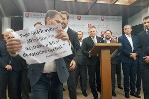 Igor Matovič ukazuje transparent počas tlačovej konferencie Smeru.