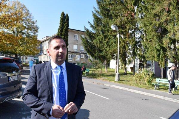 Primátor Žiaru Peter Antal v areáli žiarskej nemocnice.