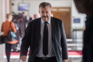 Na snímke predseda Výboru Národnej rady pre obranu a bezpečnosť Anton Hrnko (SNS) prichádza na zasadnutie výboru 17. októbra 2019 v Bratislave.