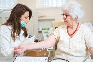 Chrípka môže mať pre niektorých pacientov vážne dôsledky. Vakcínu odporúčajú aj seniorom.