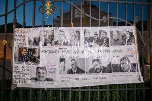 Protest sa začal na Hodžovom námestí pred Prezidentským palácom.