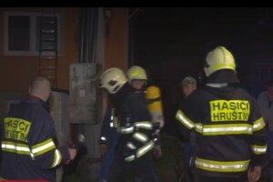 Prvý prišli ku požiaru domáci dobrovoľní hasiči.
