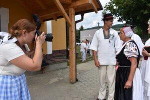 Lubie-Sutton ( vľavo), fotografka, ktorá má korene v Dolnej Marikovej v akcii. Takto zachytávala obrázky zo simulovanej starej svadby.
