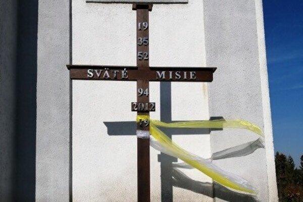 Misijný kríž pred kostolom v Kapušanoch.