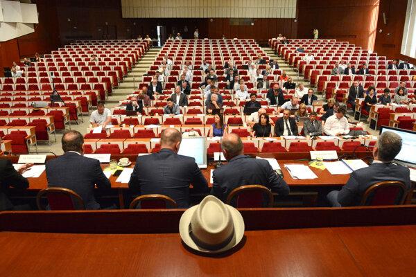 Poslanci schválili úver, úrad osloví tri komerčné banky kvôli najlepšej ponuke.