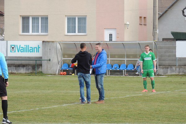 Gino van Kessel (vľavo) daroval dres AS Trenčín s podpismi hráčov trénerovi Tr. Stankoviec Romanovi Pevnému k jeho 50. narodeninám.