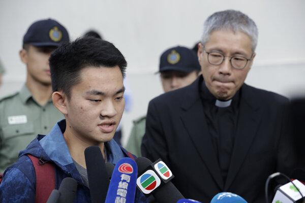 Čchan Tchung-kchaj odpovedá novinárom.