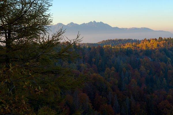 Uprostred Vysoké Tatry, vpravo Belianske Tatry z vyhliadkového vrchu Havrania skala v Národnom parku Slovenský raj.