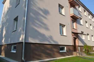 Bytovku v Snine zatepľovali chlapi podnikateľa Slavomíra Bobaľu subdodávateľsky.