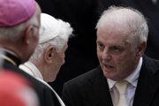 Dirigent Daniel Barenboim (vpravo) na archívnej snímke z roku 2012 s emertitným pápežom Benediktom XVI.