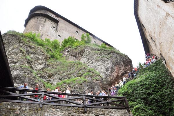 Návštevníci smerujúci do Citadely musia prejsť po vnútornom hradnom brale.