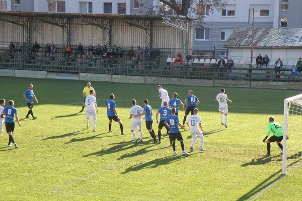 Novozámčania (v bielom) vyšli proti Beluši bodovo i gólovo naprázdno.
