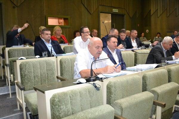 Poslanci zvýšenie poplatku za komunálny odpad odsúhlasili.