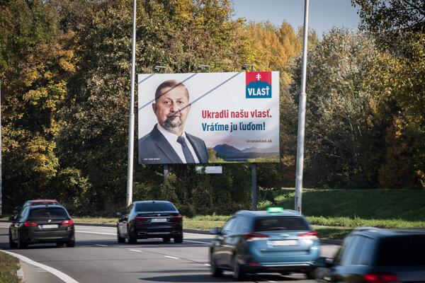 Na bilboarde je uvedený objednávateľ strana Vlasť.