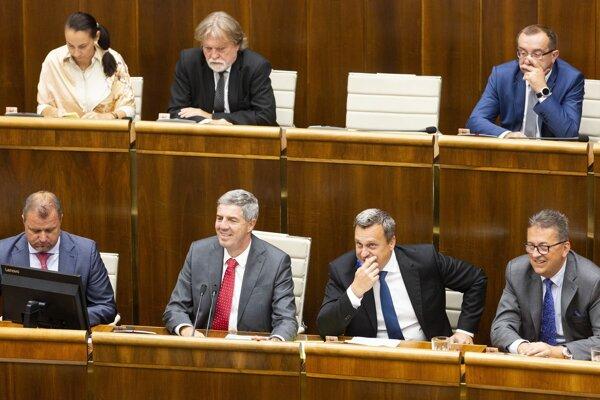 Na snímke doľný rad zľava podpredsedovia NR SR Andrej Hrnčiar (Most-Híd), Béla Bugár (Most-Híd), predseda NR SR Andrej Danko (SNS) a podpredseda NR SR Martin Glváč (Smer-SD).
