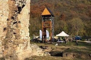 Vyhliadková veža pri Gombaseckej jaskyni.