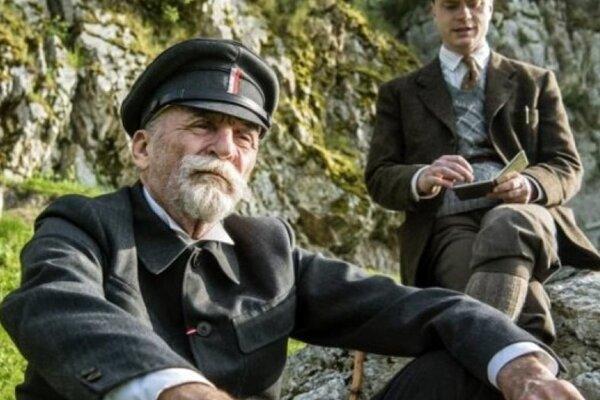 Martin Huba ako T. G. Masaryk a Jan Budař ako K. Čapek vo filme Hovory s TGM.
