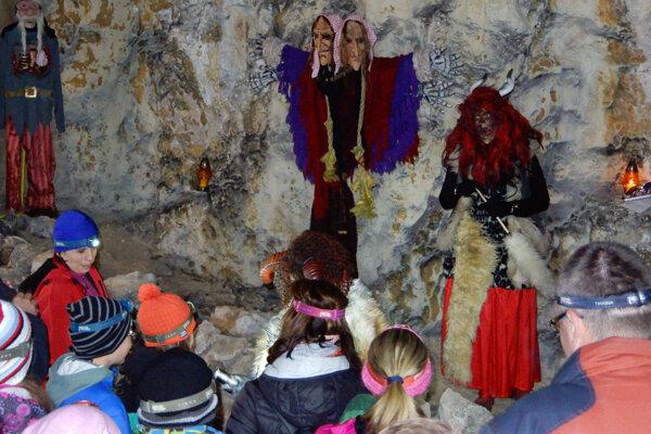 Netradičná dušičková prehliadka Stanišovskej jaskyne v Jánskej doline pri Liptovskom Jáne 2. novembra 2019. Na snímke čertica s návštevníkmi.
