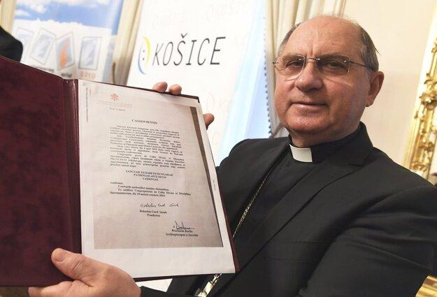 Arcibiskup Mons. Bernard Bober ukazuje dekrét z Vatikánu o vyhlásení sv. Alžbety za patrónku Košíc.