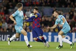 Lionel Messi (uprostred) v zápase Ligy majstrov 2019/2020 FC Barcelona - Slavia Praha.