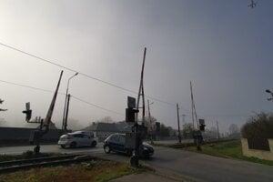 Prejdením priecestia cesta pokračuje v smere na Vysoké Tatry.