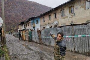 Ondrej Pokuta spolu s rodinou utekal nadránom z tejto bytovky.