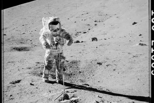 Astronaut misie Apollo 17 Gene Cernan počas jedného z výstupov na mesačný povrch, pri ktorom odobral dve vzorky neskôr odložené na viac ako 40 rokov pre budúci výskum.