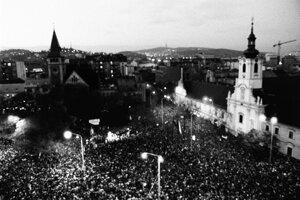 Desaťtisíce Bratislavčanov na Námestí SNP v Bratislave 24. novembra 1989.